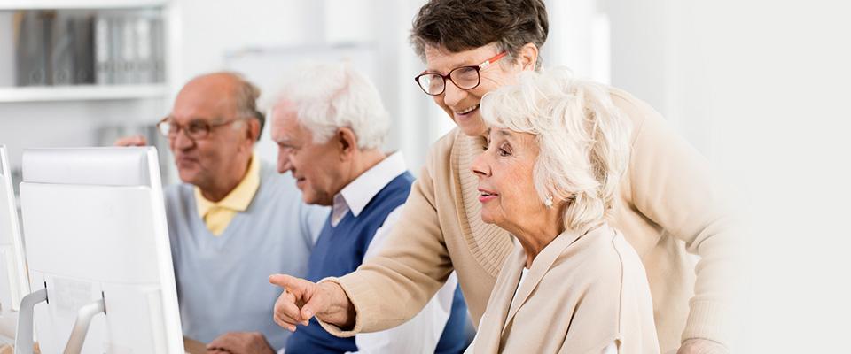 Seniorzy korzystają zkomputera